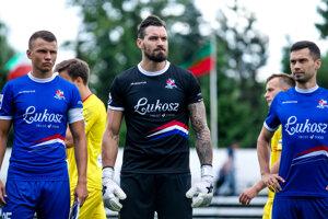 Brankár Martin Polaček (v strede) vo farbách Podbeskidzie Bielsko-Biala.