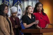 Štyri členky Snemovne reprezentantov z Demokratickej strany s prisťahovaleckými koreňmi, zľava Rashida Tlaibová, Ilhan Omarová, Alexandria Ocasiová-Cortezová a Ayanna Pressleyová počas tlačovej konferencie.