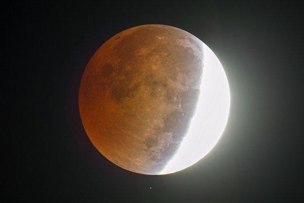 Mesiac nad americkým štátom Severná Karolína.
