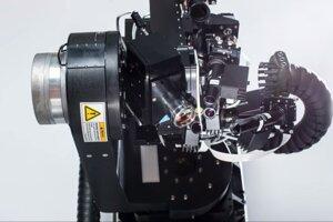 Tenké a ohybné vlákna dokáže na správne miesto umiestniť neurochirurgický robot.