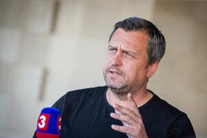Andrej Danko hovorí o stožiari pred parlamentom.