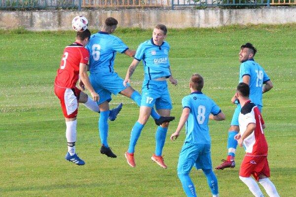 Futbalisti Šale (v modrom) najbližšie v sobotu privítajú dorastencov FC Nitra U19.