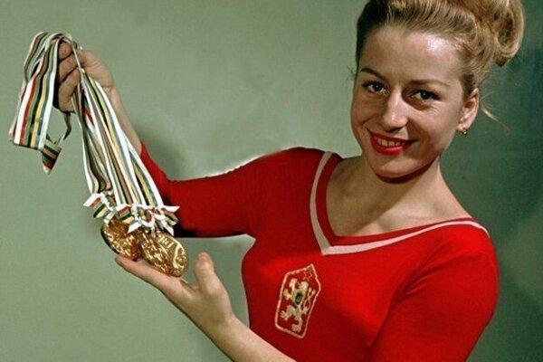 Věra Čáslavská s medailami z Mexika.