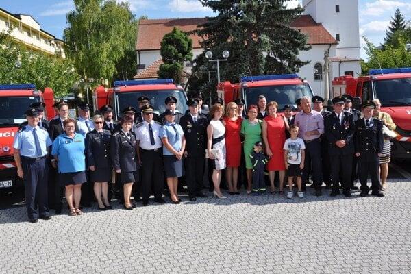Ministerka odovzdala hasičské autá trinástim obciam Záhoria.