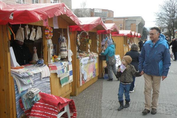 Veľkonočné trhy v Prievidzi sú s drevenými stánkami.
