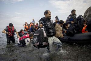 Ilustračné foto - migranti sa vyloďujú na Lesbose v roku 2015.
