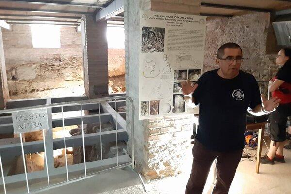 Archeológ Peter Bednár pred pozostatkami brány.