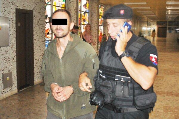 Petra G. odvádza eskorta do väzby vo väznici na Floriánskej ulici.