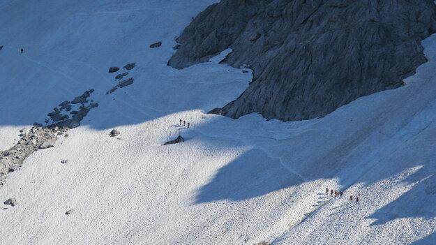 Snehové pole je klzké a veľmi nebezpečné. Mačky sú základ.