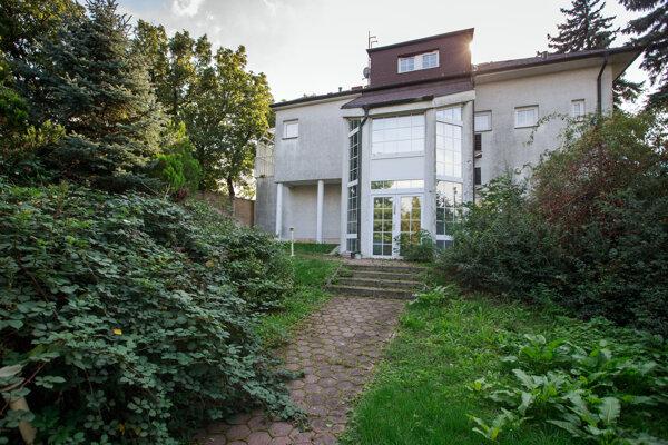Záhrada na pozemku nevyužívanej prezidentskej rezidencie na Slavíne.