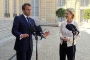 Šéfka Európskej komisie Ursula von der Leyenová a francúzsky prezident Emmanuel Macron počas stretnutia pred Elyzejským palácom v Paríži.