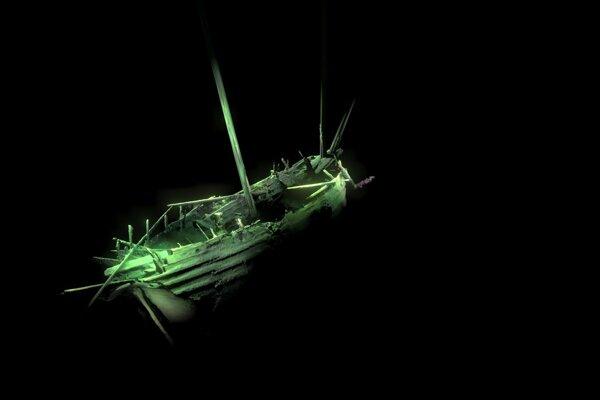 Pohľad na zadnú časť neznámej lode na dne Baltského mora.