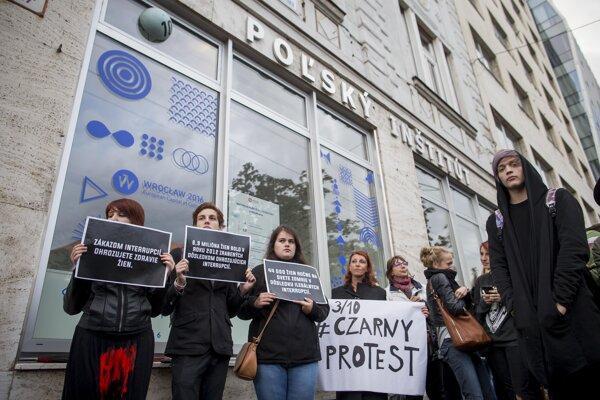Pred poľským inštitútom v Bratislave protestovali ľudia v roku 2016 proti zákazu potratov v Poľsku.