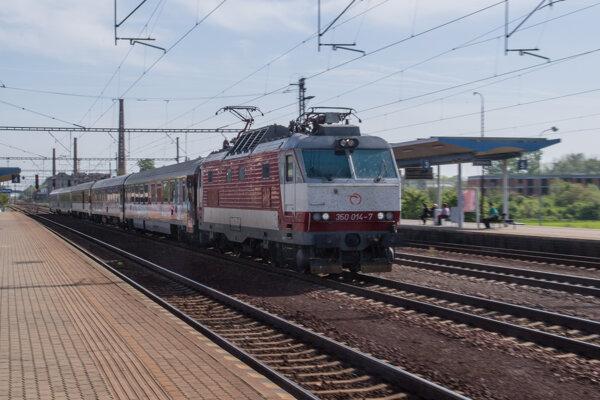 Záchytné parkovisko v Pezinku v tesnej blízkosti železničnej stanice majú dokončiť a odovzdať do prevádzky v septembri.