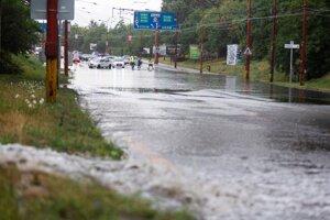 Zaplavená Gagarinova ulica po búrke a silnom daždi.
