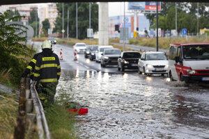 Hasiči  odčerpávajú vodu so zaplavenej Bajkalskej ulice pod Prístavným mostom.