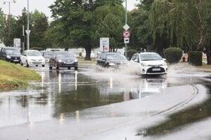 Čiastočne zaplavená Slovnaftská ulica.