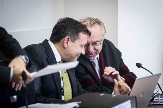 Právny zástupca televízie Markíza Daniel Lipšic (vľavo) debatuje s dozorujúcim prokurátorom Jánom Šantom pred pokračovaním pojednávania po obedňajšej prestávke.