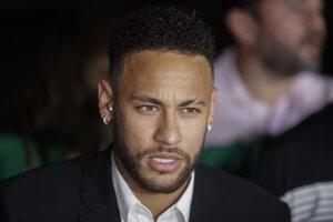 Neymar počas rozhovoru s novinármi po tom, čo opustil policajnú stanicu.