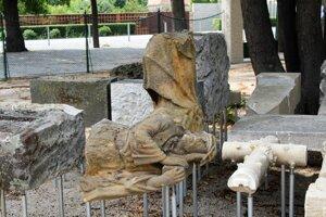 V parku sú umelecky stvárnené zvyšky starých náhrobkov.
