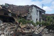 Poškodený starý dom po júnovom zemetrasení v Albánsku.