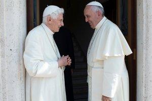 Na archívnej snímke z júna 2015 pápež František (vpravo) víta emeritného pápeža Benedikta XVI.