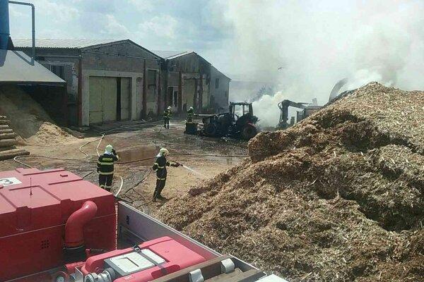 Požiar traktora na hospodárskom dvore v Kostolnej Vsi.