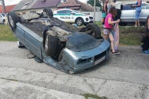 Auto skončilo po nehode na streche