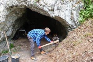 Výskumné práce v tatranskej jaskyni Hučivá diera.