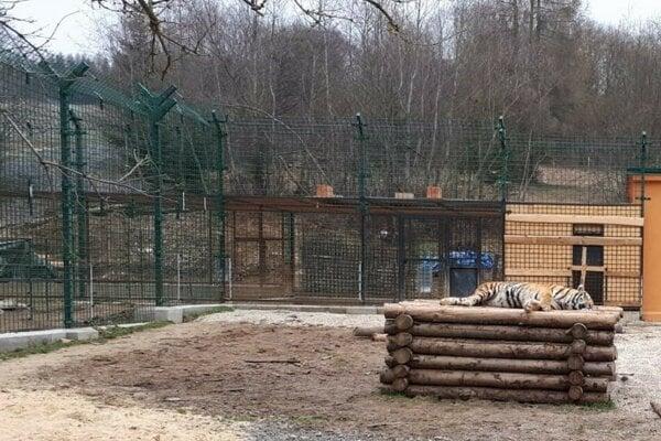 Obyvatelia zoo so stovkami áut za dedinou nechcú.