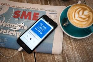Podcast Dobré ráno na displeji smartfónu a denník SME.