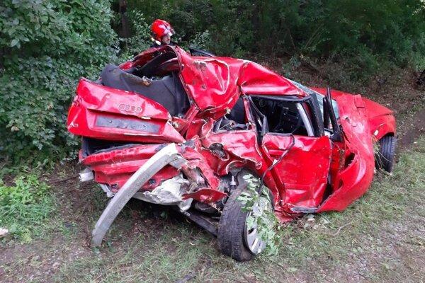 Z takto zdemolovaného auta vystúpil mladý vodič po svojich.