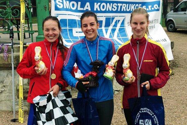 Vľavo víťazná Marika Czaková.