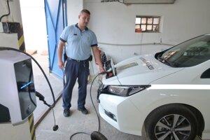 Spolu s elektromobilom si levická mestská polícia zabezpečila začiatok roka aj výkonnú elektronabíjačku.