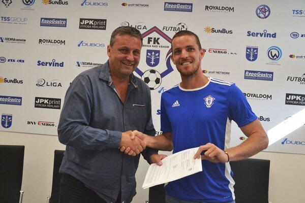Marek Kuzma s prezidentom FK Dubnica Petrom Švecom.