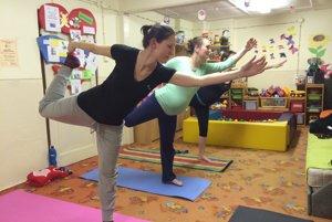 Mamičky sa vďaka joge pripravujú na pôrod.