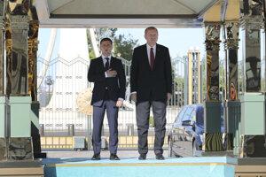 Turecký prezident Recep Tayyip Erdogan a vľavo ukrajinský prezident Volodymyr Zelenskyj počas uvítacej ceremónie v Ankare