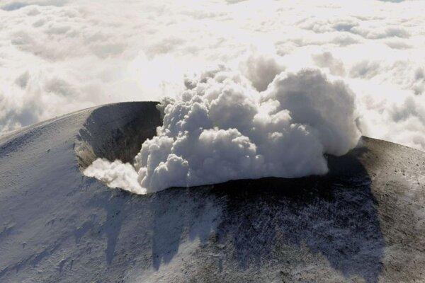 Dymiaca sopka Asama.