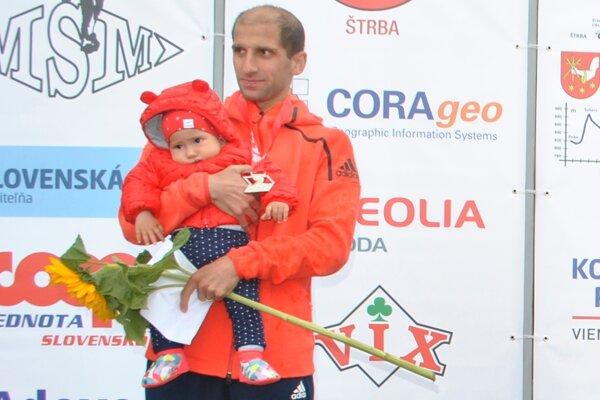 Tibor Sahajda s dcérkou na vyhodnotení Malého štrbského maratónu.