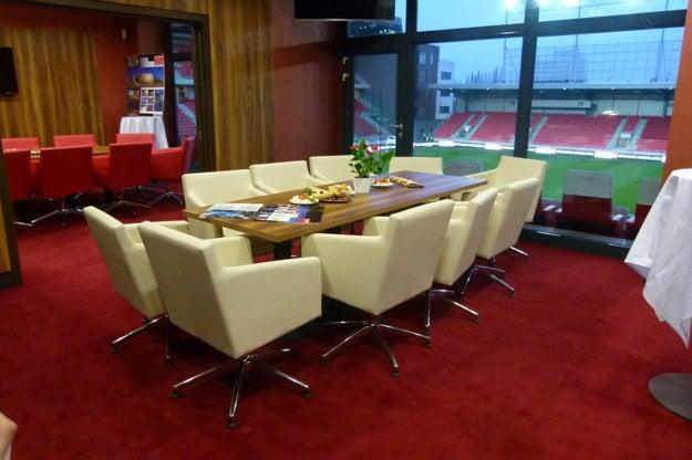 Súčasťou je aj prezidentský Sky box, ktorý využíva majiteľ klubu. Ten nie je možný k prenájmu pre fanúšikov.