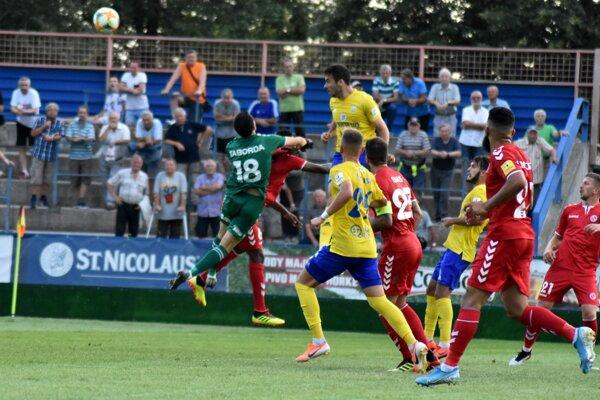 José Carrillo Mancilla (najvyššie) práve strieľa druhý gól do senickej siete.