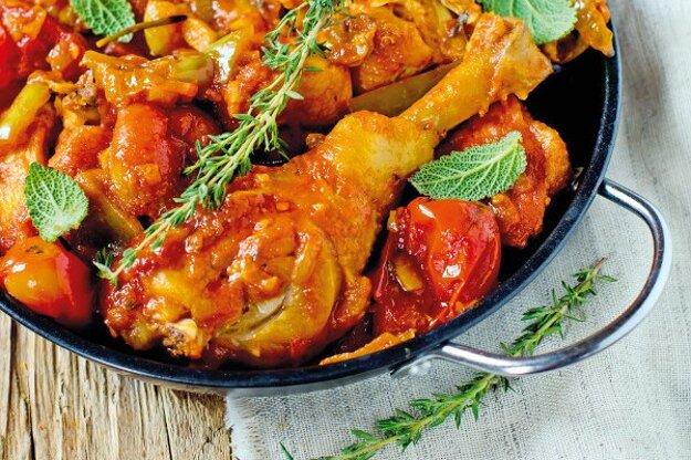 Kura na paradajkách.