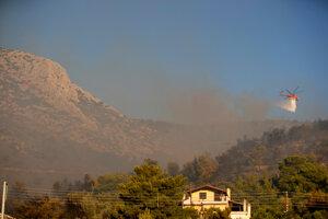 Požiar pomáhali hasiť lietadlá aj vrtuľníky.