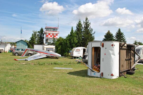 Poškodené lietadlo aj karavan.
