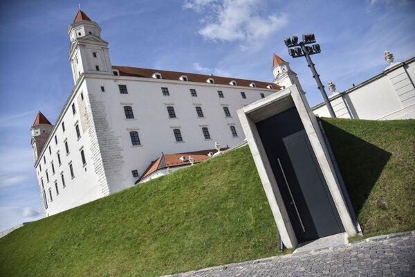 """Na snímke vstup do priestorov náleziska Rím II """"POD GAŠTANMI"""", ktorý predstavuje pozostatky keltsko-rímskej stavby a nachádza sa v juhovýchodnej časti Severnej terasy areálu Bratislavského hradu."""