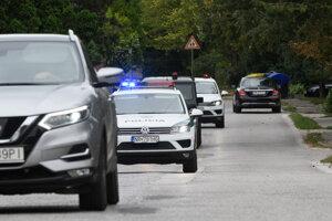 Mariana Kočnera privádzajú na výsluch.