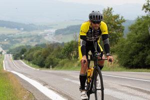 Kovár na cyklistickej časti pretekov.