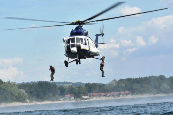 Zlaňovanie z vrtuľníka Mi171.