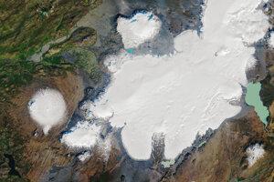 Ľadovec Okjökull (blízko stredu ľavého okraja) a jeho širšie okolie na západe Islandu. Družicový záber vznikol 7. septembra 1986.
