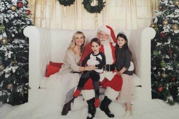 Sarah Michelle Gellarová na návšteve u Santa Clausa so svojimi deťmi
